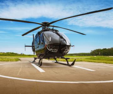 Helikopter auf Landeplatz